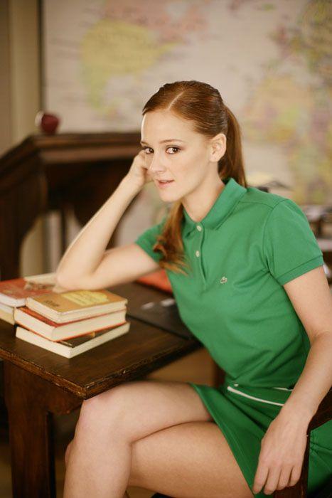 Human leg, Sitting, Elbow, Thigh, Knee, Long hair, Brown hair, Publication, Plate, Blond,