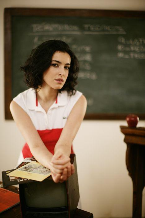 Shoulder, Sitting, Blackboard, Black hair, Bag, Class, Long hair, Office supplies, Chalk, Teacher,