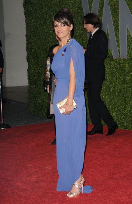 Flooring, Hat, Outerwear, Carpet, Formal wear, Style, Suit, Blazer, Costume accessory, Electric blue,