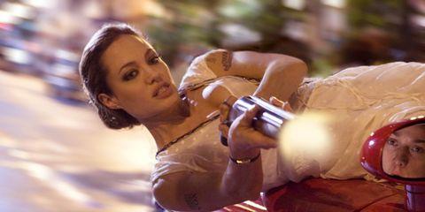 angelina jolie en wanted disparando un arma desde un coche