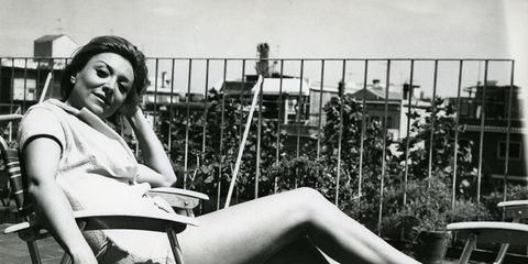 Sitting, Human leg, Beauty, Knee, Thigh, Monochrome, Black-and-white, Monochrome photography, Model, Fashion model,