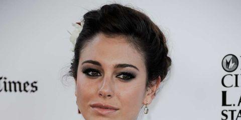 Ear, Hairstyle, Eye, Sleeve, Forehead, Shoulder, Eyebrow, Eyelash, Style, Earrings,