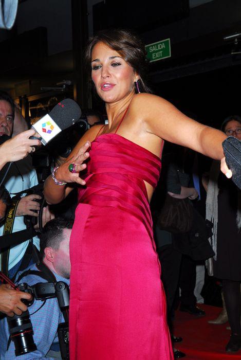 Dress, Hand, Premiere, Fashion accessory, Strapless dress, Carpet, Mechanical fan, Cocktail dress, Eyelash, Camera,