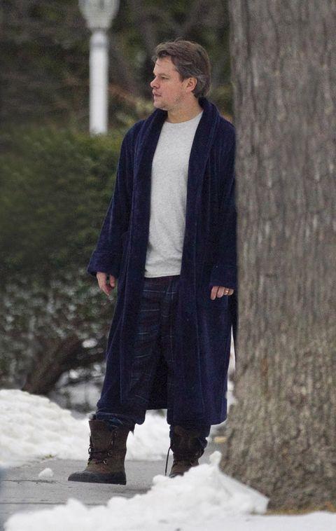 Winter, Textile, Outerwear, Jacket, Collar, Snow, Street fashion, Knee, Trunk, Freezing,