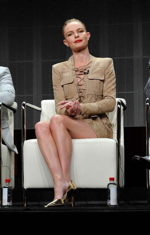 Leg, Shoe, Human leg, Coat, Blazer, Knee, Thigh, Suit trousers, Stage, Foot,