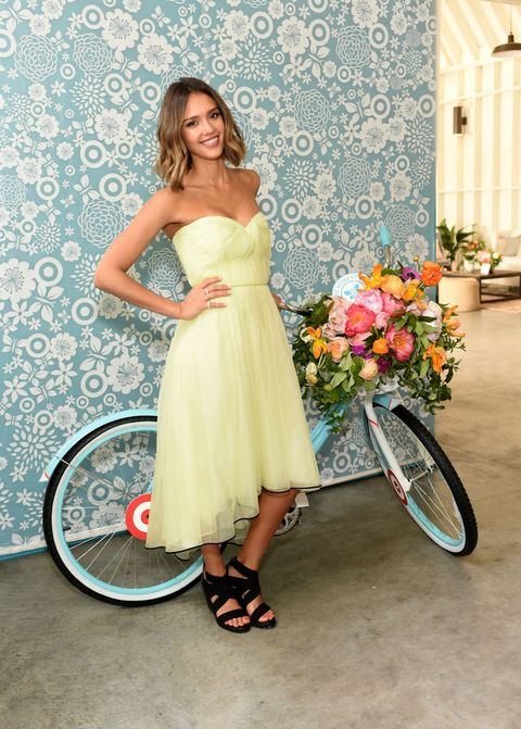 Clothing, Dress, Bicycle wheel rim, Bicycle part, Bicycle tire, Textile, Bouquet, Bicycle, Strapless dress, Spoke,