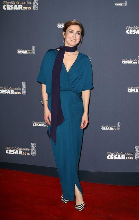 Blue, Shoulder, Joint, Flooring, Style, Formal wear, Electric blue, Fashion, Carpet, Cobalt blue,