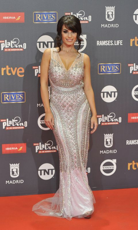 Red carpet, Carpet, Dress, Clothing, Shoulder, Fashion model, Gown, Hairstyle, Fashion, Flooring,