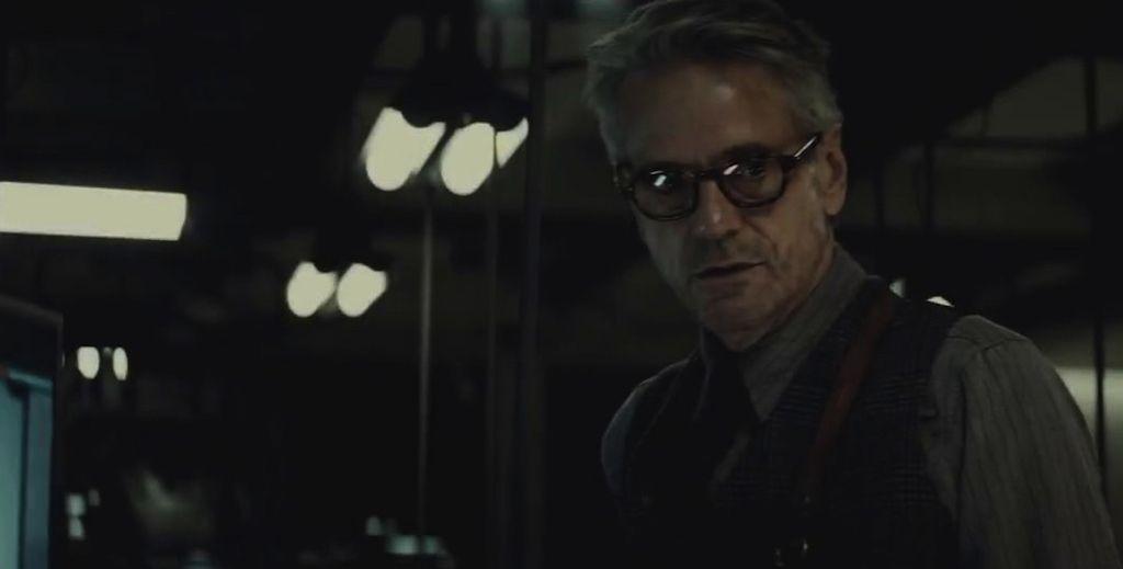 'Batman v Superman': Jeremy Irons dice que su Alfred se manchará las manos