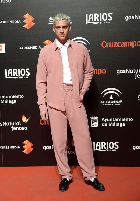 Dress shirt, Shoe, Collar, Style, Suit trousers, Formal wear, Orange, Premiere, Blazer, Logo,