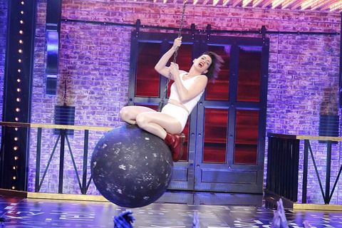 Human leg, Performing arts, Purple, Entertainment, Majorelle blue, Knee, Ball, Ball, Performance, Thigh,