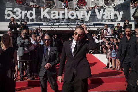 Red carpet, Carpet, Premiere, Event, Flooring, Public event, Suit, Formal wear, Audience, Fictional character,