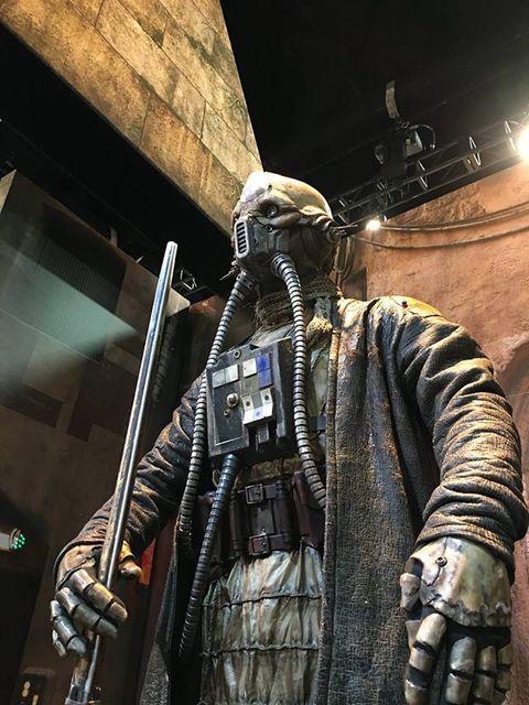 Armour, Costume, Fictional character, Digital compositing, Sculpture, Cloak, Action-adventure game, Mantle, Machine gun,