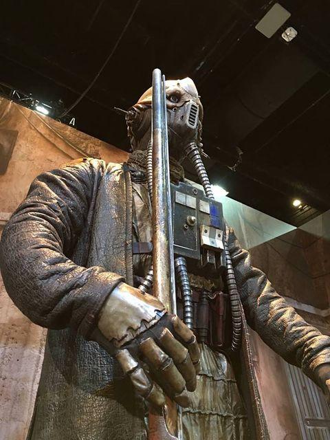 Sculpture, Shotgun, Armour, Action film, Fictional character, Action figure,