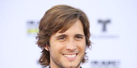 Hair, Hairstyle, Chin, White-collar worker, Forehead, Smile, Long hair,