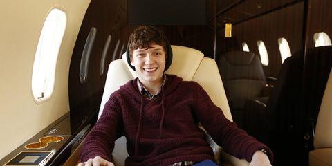 Comfort, Shoe, Sitting, Passenger, Knee, Cabin, Air travel, Service, Lap, Aerospace engineering,