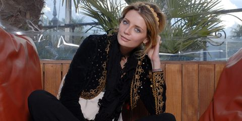 Hairstyle, Sitting, Photograph, White, Beauty, Black, Street fashion, Long hair, Model, Wrap,