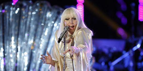 Microphone, Event, Entertainment, Music artist, Performing arts, Purple, Artist, Performance, Magenta, Stage,