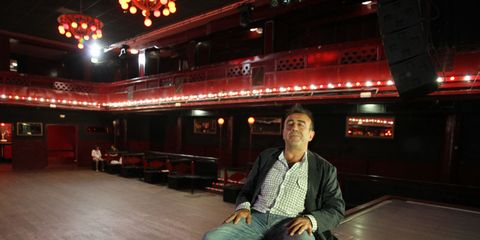 Lighting, Sitting, Denim, Light fixture, Hall, Theatre, Chandelier, Stage, Wood flooring, Bench,