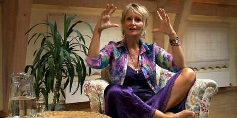 Finger, Hand, Sitting, Wrist, Comfort, Houseplant, Blond, Thumb, Gesture, Lap,