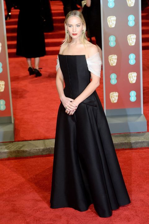 Red carpet, Carpet, Clothing, Dress, Flooring, Gown, Shoulder, Premiere, Hairstyle, Fashion,