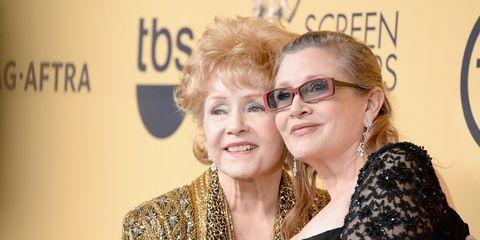 3adaa53f32dd Debbie Reynolds y Carrie Fisher en la alfombra roja de los Screen Actors  Guild Awards