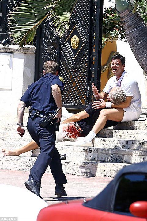 Leg, Trousers, Human body, Shirt, T-shirt, Denim, Street fashion, Bag, Pocket, City car,