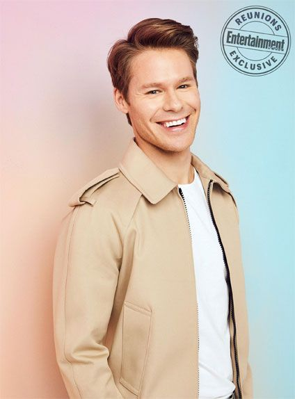 Hair, Hairstyle, Forehead, Beige, Outerwear, Blond, Human, Sleeve, Cool, Smile,