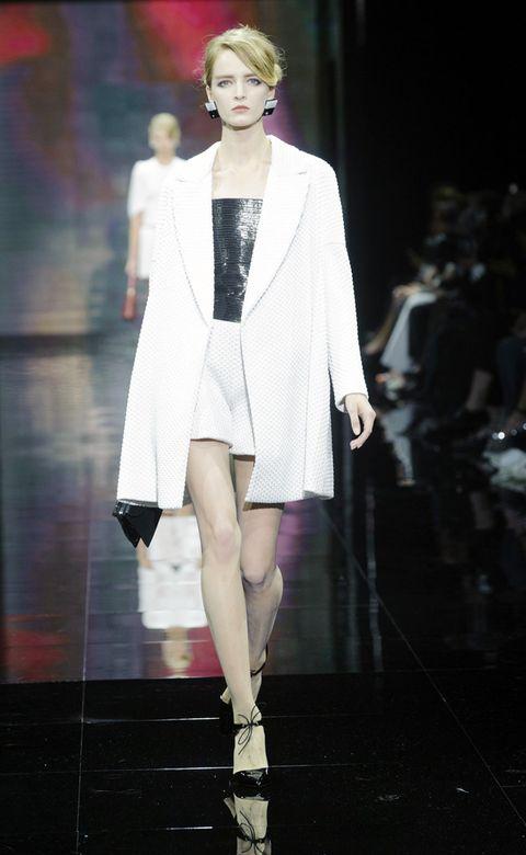 Fashion show, Shoulder, Runway, Outerwear, Fashion model, Style, Fashion, Street fashion, Model, Jewellery,