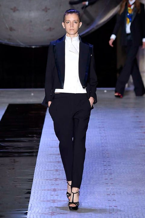 Leg, Trousers, Human body, Shirt, Joint, Outerwear, Collar, Fashion show, Standing, Formal wear,