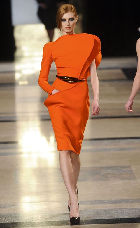 Leg, Hairstyle, Fashion show, Human leg, Shoulder, Joint, Runway, Fashion model, Style, Waist,