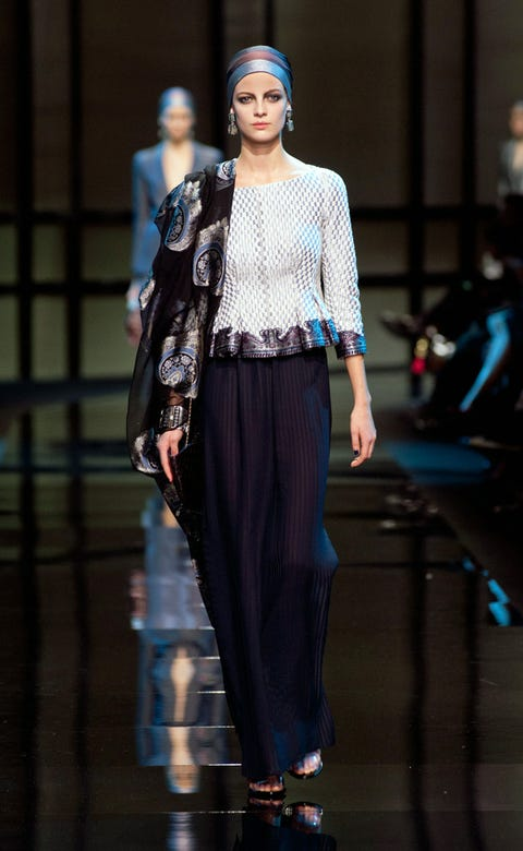 Fashion show, Outerwear, Style, Runway, Street fashion, Fashion model, Fashion, Electric blue, Model, Cobalt blue,