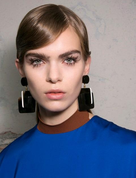 Chin, Eyebrow, Eyelash, Audio equipment, Earrings, Organ, Neck, Cool, Gadget, Electric blue,