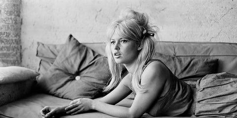 Photograph, Black-and-white, Beauty, Monochrome, Blond, Photography, Monochrome photography, Leg, Eye, Sitting,