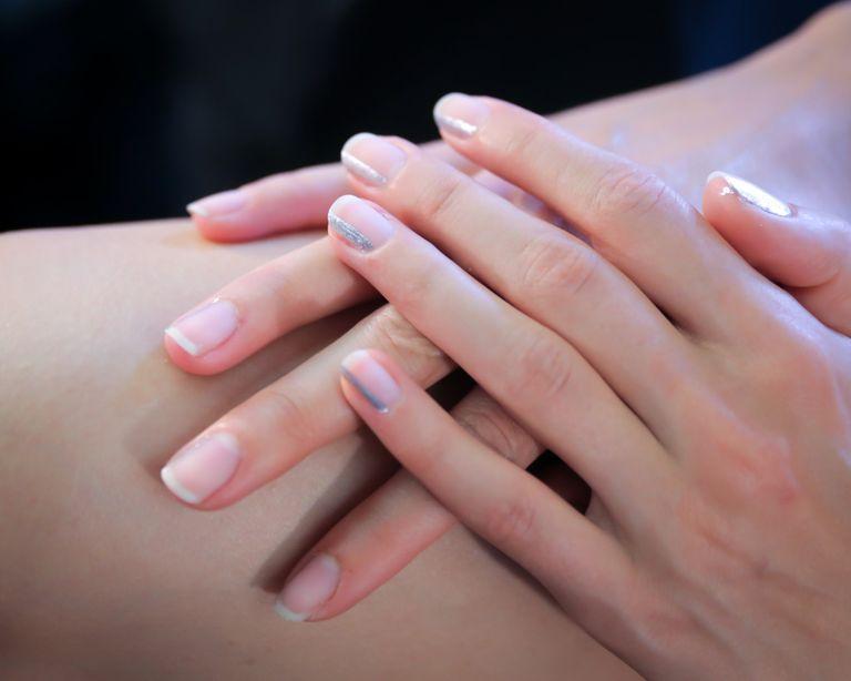 Por qué no dejarse las uñas a medio pintar?