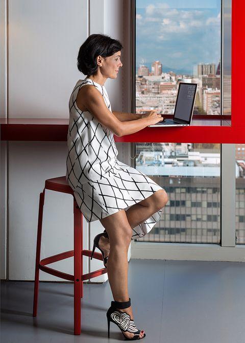 Leg, Product, Human leg, Shoe, Shoulder, Joint, Laptop part, Dress, Display device, Laptop,