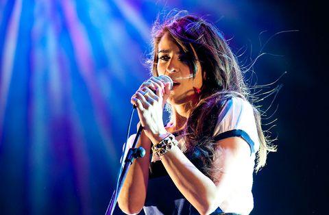 Audio equipment, Finger, Microphone, Music, Entertainment, Hand, Performing arts, Music artist, Artist, Singing,