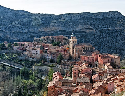 Neighbourhood, Town, House, Roof, Residential area, Village, Suburb, Mountain village, Medieval architecture, Outcrop,