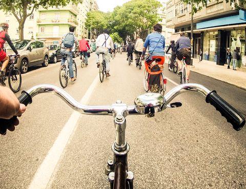 Bicycle handlebar, Bicycle, Vehicle, Cycling, Bicycle wheel, Urban area, Bicycle pedal, Bicycle part, Road, Street,