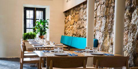 Serveware, Dishware, Interior design, Table, Drinkware, Furniture, Room, Restaurant, Glass, Tableware,