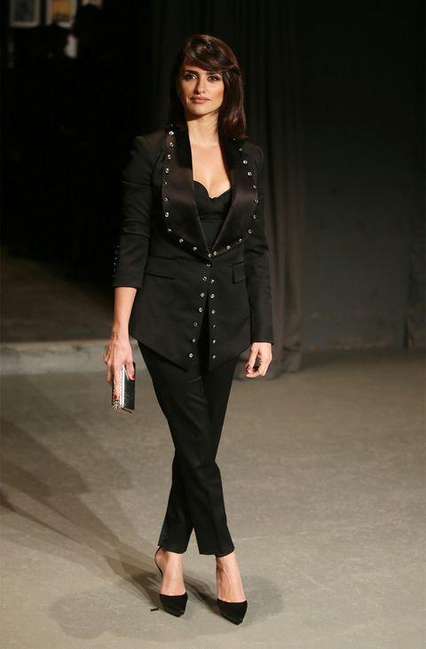 Sleeve, Jewellery, Shoulder, Joint, Fashion show, Style, Fashion model, Street fashion, Waist, Black hair,