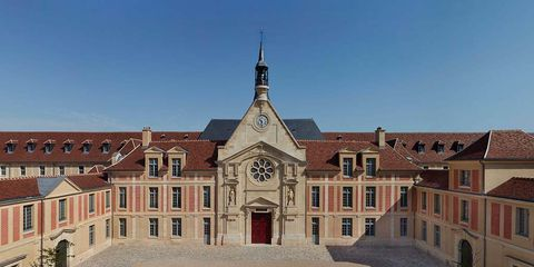 Window, Facade, Landmark, Roof, Medieval architecture, Door, Classical architecture, Palace, Symmetry, Finial,