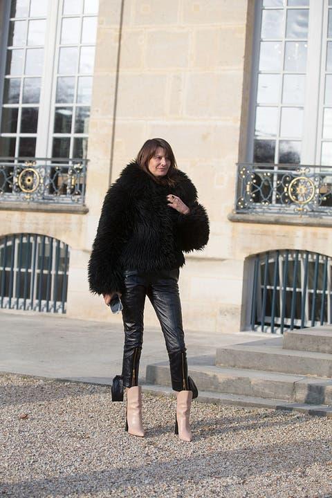 Fur, Black, Clothing, Street fashion, Skin, Beauty, Fashion, Snapshot, Standing, Fur clothing,