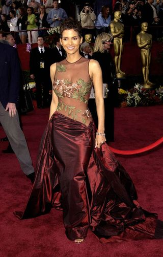 ab9bbe850 Halle Berry en los Oscars de 2002