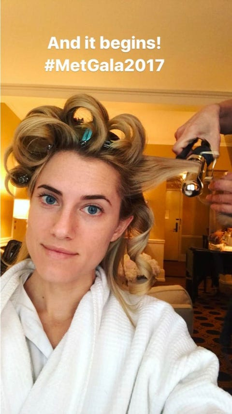 Hair, Hairstyle, Eyebrow, Beauty salon, Beauty, Hair coloring, Forehead, Hairdresser, Blond, Makeover,