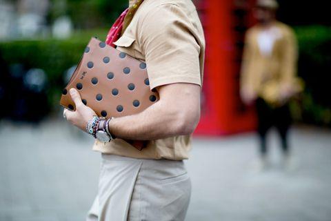 Sleeve, Joint, Watch, Elbow, Wrist, Street fashion, Fashion, Bag, Back, Beige,