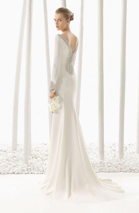 3685ac09b Vestido de crepe con adorno de pedrería en el escote y la espalda de Rosa  Clará.