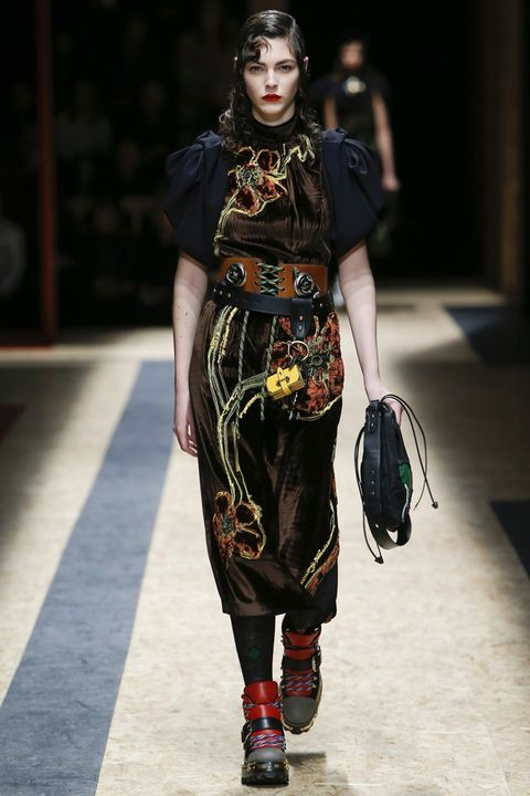 Fashion show, Style, Fashion model, Bag, Street fashion, Fashion, Runway, Model, Luggage and bags, Waist,