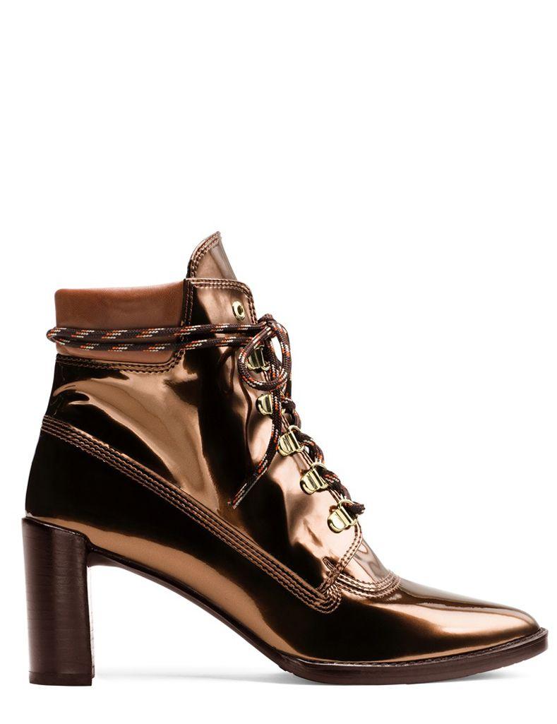 Sí, es posible: La bota de montaña es el nuevo calzado de moda