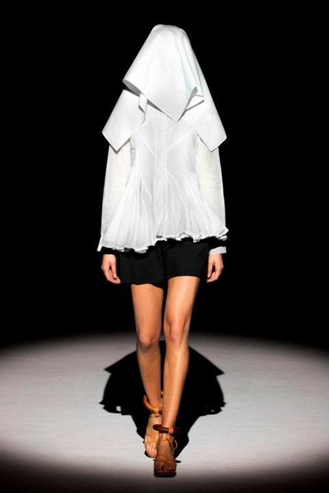 Sleeve, Human leg, Fashion show, Textile, Runway, Style, Fashion model, Fashion, Knee, Costume design,